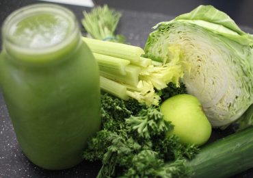 Natural Colon Cleansing Recipe 4: Apple and Kale Juice